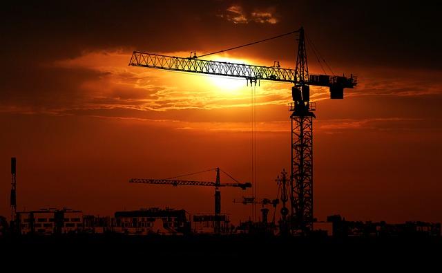 Żurawie wieżowe – niezawodne na budowie